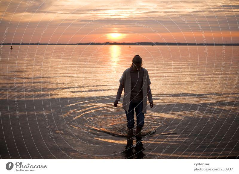Kalte Füße Mensch Natur Wasser Ferien & Urlaub & Reisen ruhig Einsamkeit Erholung Leben Umwelt Freiheit Bewegung See Zufriedenheit Zeit gehen Ausflug