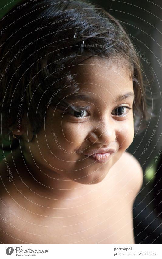 Portrait des netten Lächelns des kleinen Mädchens Freude Wohlgefühl Haus Kopf 1 Mensch 3-8 Jahre Kind Kindheit genießen Gesundheit Farbfoto Innenaufnahme