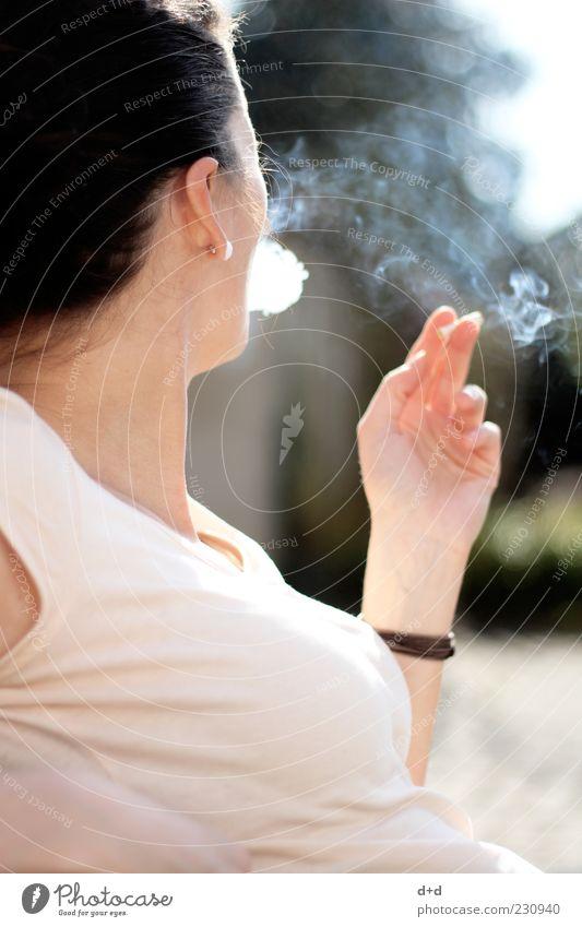 )o Frau Jugendliche Hand Erwachsene ästhetisch T-Shirt Frauenbrust Rauchen Dame Schönes Wetter Rauch genießen Zigarette Ohrringe eitel Brust