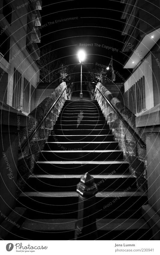 Big Empty weiß Stadt schwarz Einsamkeit dunkel Fenster Wand Mauer Lampe Fassade Treppe Geländer Straßenbeleuchtung aufwärts Schwarzweißfoto Pfosten