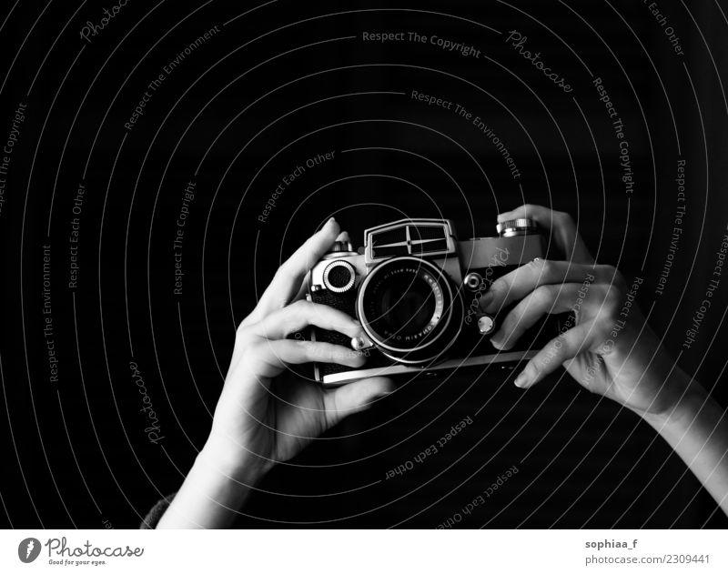 analoge Kamera Freizeit & Hobby Fotograf Fotokamera Hand beobachten alt ästhetisch Freude Erfolg Leidenschaft geduldig ruhig Leben Interesse Freiheit Frieden