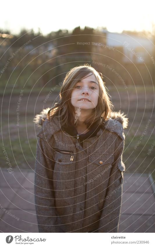 Is was? Mensch Kind Jugendliche Mädchen grau Kindheit Fröhlichkeit stehen Jacke Lebensfreude brünett 8-13 Jahre frech Mantel langhaarig Scheitel
