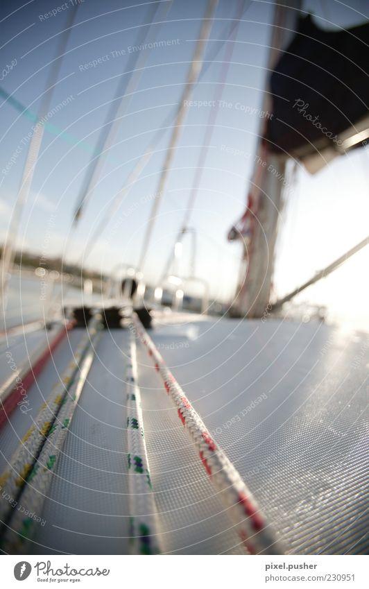Segeln 03 Schifffahrt Bootsfahrt Sportboot Jacht Segelboot Segelschiff Wasserfahrzeug Seil blau weiß Erholung Reichtum träumen Farbfoto mehrfarbig Außenaufnahme