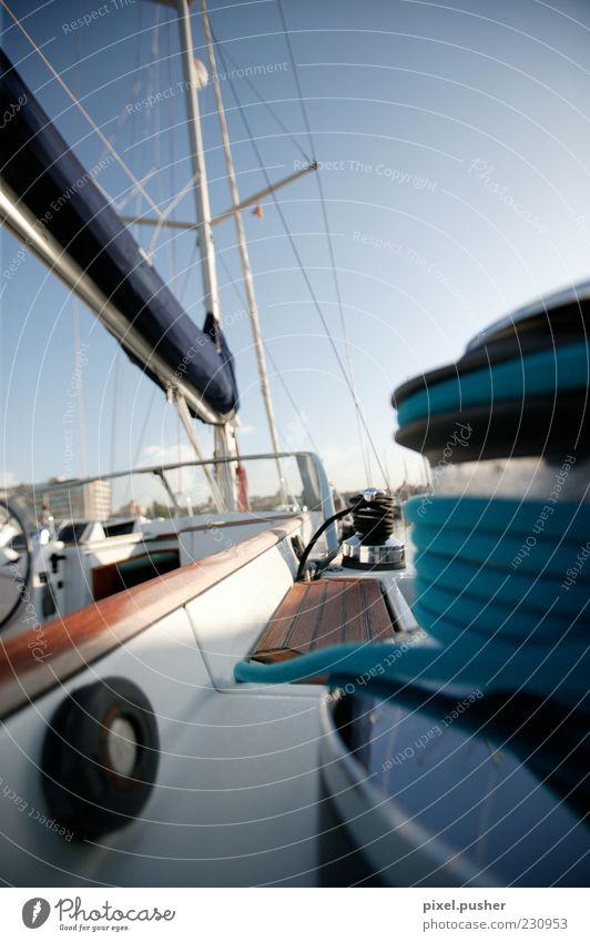 Yacht blau Sommer Seil Segeln Schifffahrt Sommerurlaub Reichtum Blauer Himmel Segelboot Jacht Segelschiff Wasserfahrzeug Schiffsplanken Bootsfahrt Takelage