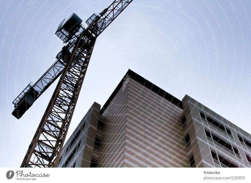 Kran und Hochhaus Industrieanlage Bauwerk Mauer Wand Fassade Fenster eckig groß hoch Baustelle Penthouse Farbfoto Außenaufnahme Tag Wolkenloser Himmel