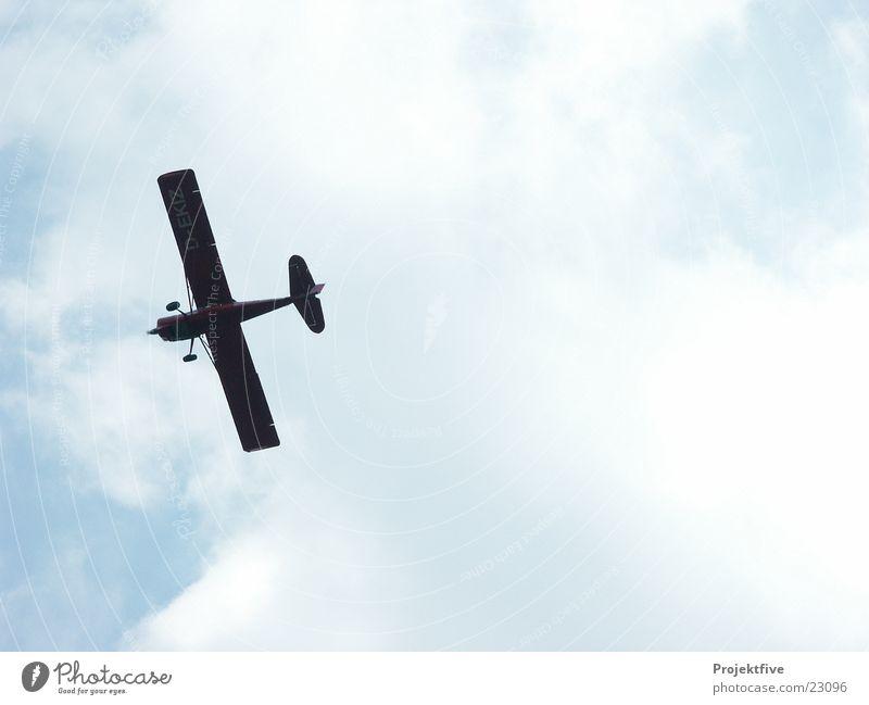 Flugzeug am Himmel Wolken Gegenlicht Kiste Tragfläche verdunkeln Fluggerät Maschine Spannweite Passagierflugzeug Himmelskörper & Weltall Luftverkehr Sommer