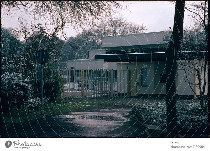 Leere kommunale Kassen Winter Haus kalt Herbst grau nass geschlossen trist Schwimmen & Baden Eingang Zaun Schwimmbad Gitter schlechtes Wetter Freibad Wolken