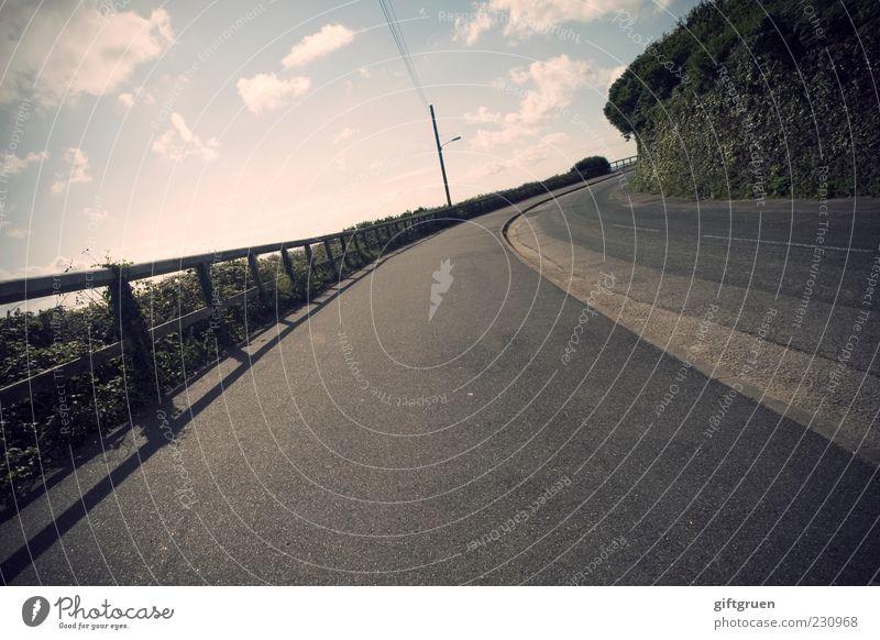 mit 100 sachen Himmel Wolken Straße Bewegung Wege & Pfade Verkehr Geschwindigkeit leer fahren Asphalt Bürgersteig Geländer Fußweg Verkehrswege Straßenbelag Strommast