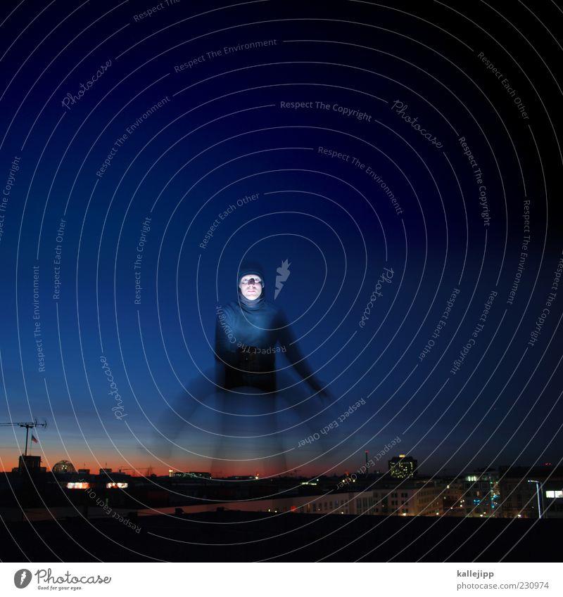 vierbeiner Mensch maskulin Mann Erwachsene 1 Stadt springen Nachthimmel Antenne Langzeitbelichtung Farbfoto Gedeckte Farben Außenaufnahme Dämmerung