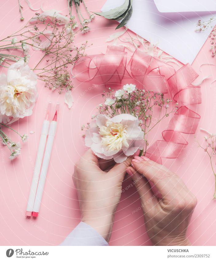 Hände machen Blumendeko mit Schleife Stil Design Feste & Feiern Mensch feminin Hand Rose Dekoration & Verzierung Blumenstrauß rosa arrangiert Blumenhändler