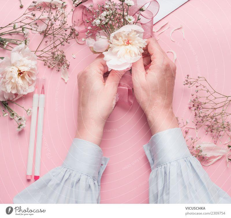 Weibliche Hände machen Blumendekoration Frau Mensch weiß Hand Blatt Freude Erwachsene Blüte Liebe feminin Stil Mode Feste & Feiern rosa Design