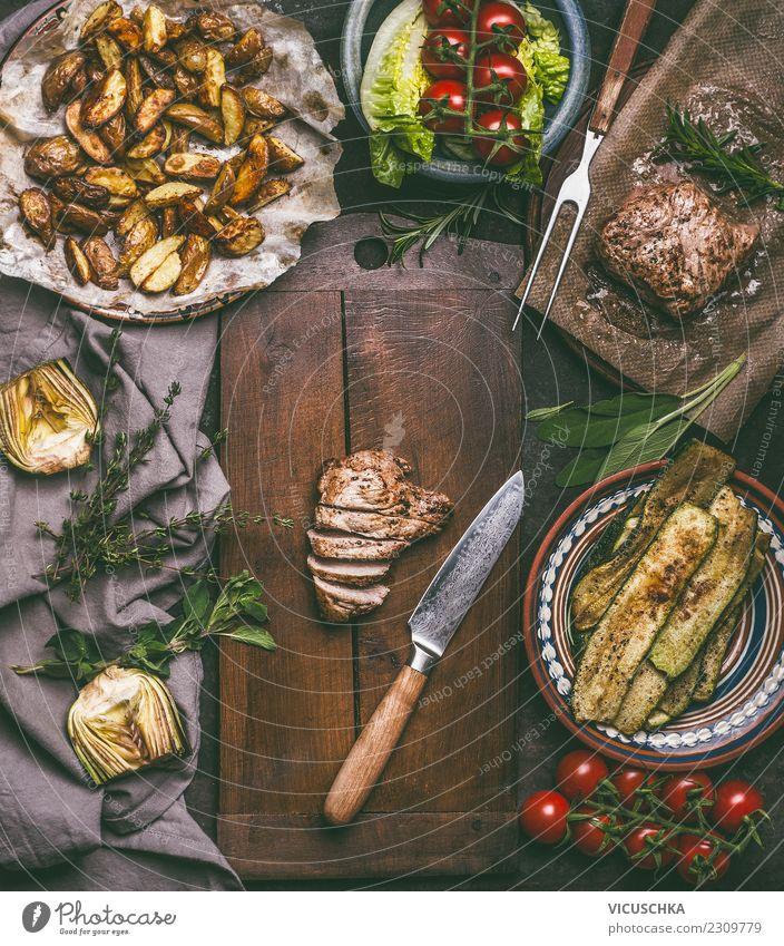 Gebratenes Schweinefleisch und Küchenmesser auf Schneidebrett Speise Foodfotografie Stil Lebensmittel Design Ernährung Tisch Kräuter & Gewürze Gemüse