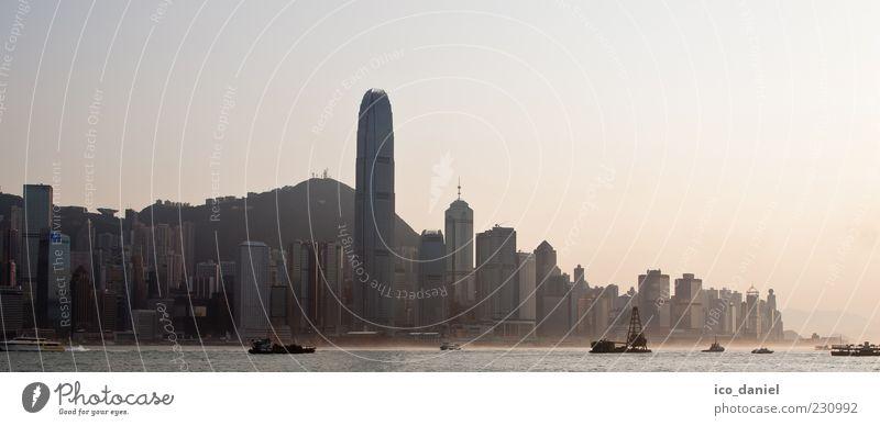 Hong Kong Skyline - Panorama Wasser Stadt schön Meer Ferne Gebäude Luft Stimmung Nebel außergewöhnlich Hochhaus Macht bedrohlich Bankgebäude Bauwerk Asien