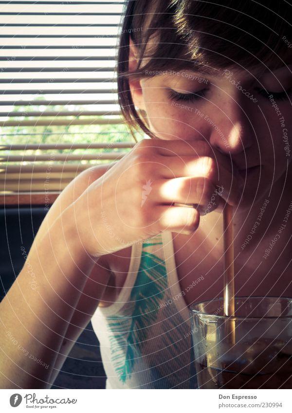 Long Island Iced Tea Frau Mensch Jugendliche Hand ruhig Erwachsene feminin Ernährung Lebensmittel Zufriedenheit Glas Trinkwasser Getränk trinken 18-30 Jahre Bar