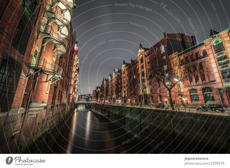 Hamburg Speicherstadt bei Nacht Europa Deutschland Alte Speicherstadt Weltkulturerbe Hafen Nachtaufnahme Weitwinkel Wolken dunkel Geländer Beleuchtung Licht