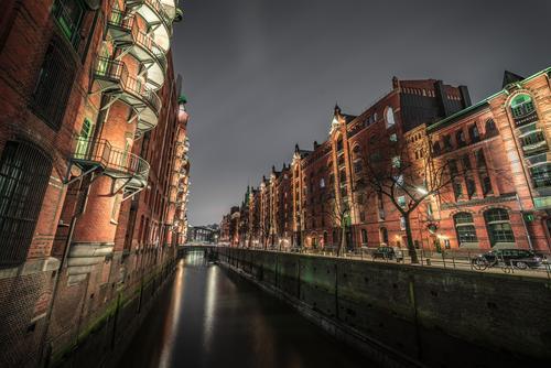 Hamburg Speicherstadt bei Nacht Himmel Wasser Wolken dunkel Beleuchtung Holz Gebäude Deutschland Fassade Europa Brücke Bauwerk Geländer Hafen Backstein