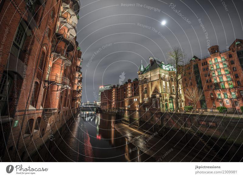 Speicherstadt Hamburg Wasserschloss bei Nacht Himmel Wolken dunkel Beleuchtung Holz Gebäude Deutschland Fassade Europa Brücke Bauwerk Geländer Hafen Backstein