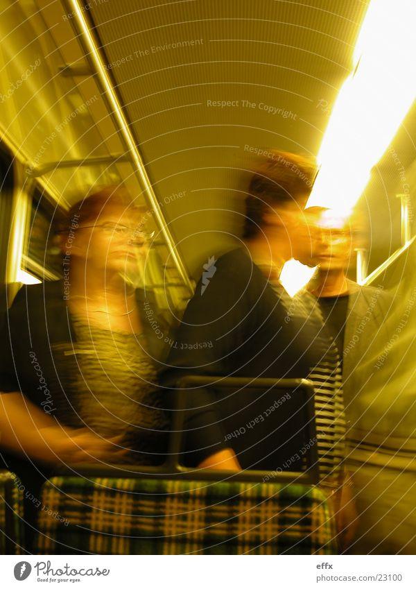 Menschen öffentlich Menschengruppe Eisenbahn Straßenbahn Öffentlich Verkehrsmittel resignieren