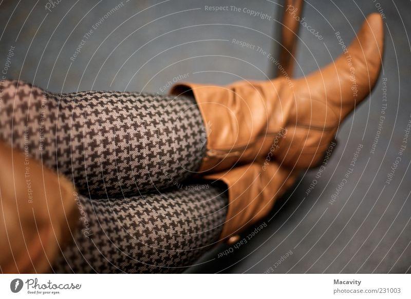 In der Metro Mensch schön Erholung feminin Stil grau Schuhe Beine braun warten Mode elegant sitzen Lifestyle einzigartig Stiefel