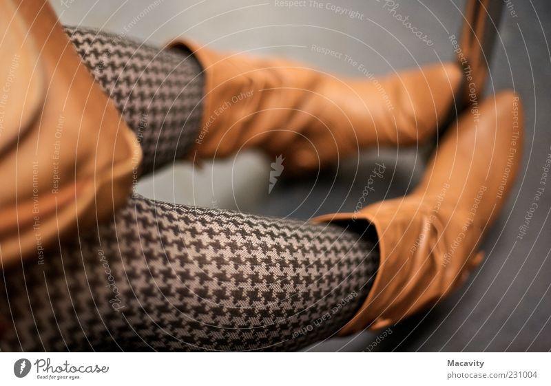 In der Metro II Stil schön feminin Beine Bekleidung Strumpfhose Leder Schuhe Stiefel frieren sitzen warten einfach trendy retro braun grau Farbfoto