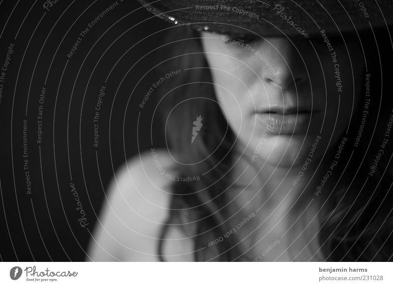 Traumfabrik Mensch feminin Junge Frau Jugendliche 1 18-30 Jahre Erwachsene Hut Cowboyhut Denken träumen Gefühle Stimmung ruhig Identität stagnierend