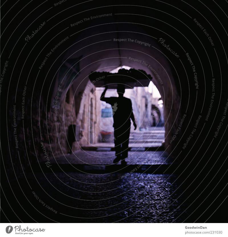 [ 350 ] endlich. Mensch Mann Stadt Erwachsene dunkel Wand Architektur Mauer hell Stimmung Arbeit & Erwerbstätigkeit gehen außergewöhnlich Fassade Lebensmittel