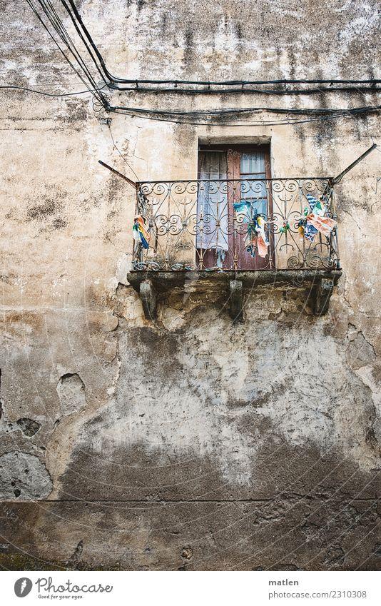 morbide Kleinstadt Altstadt Haus Mauer Wand Fassade Balkon Fenster alt dunkel blau braun grau weiß marode Kabel Farbfoto Gedeckte Farben Außenaufnahme