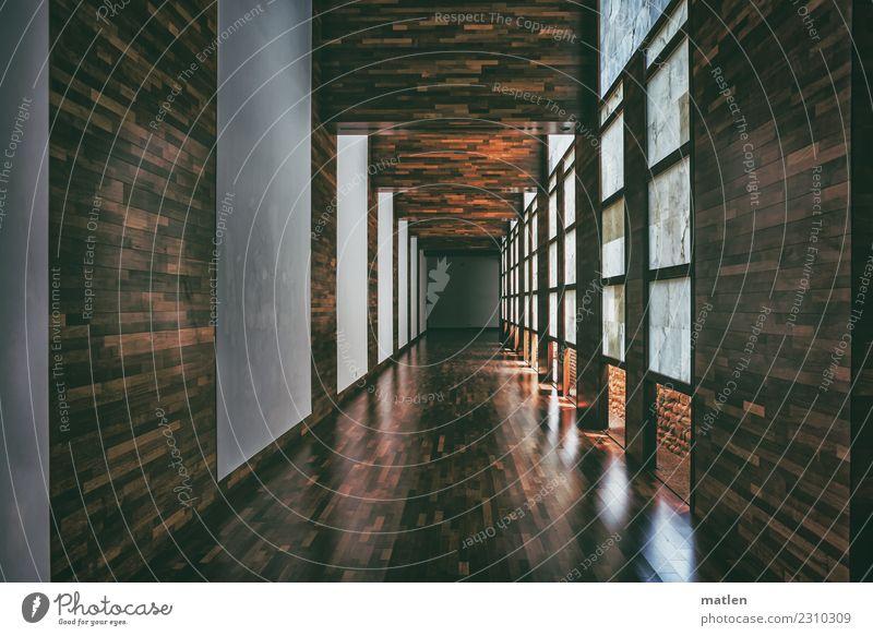 Gang Menschenleer Haus Bauwerk Architektur Mauer Wand Fenster lang braun weiß Holz Parkett Lichteinfall Farbfoto Innenaufnahme Textfreiraum links
