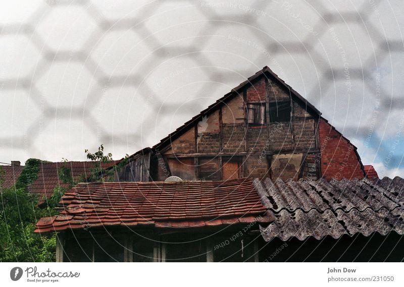 Hinterlassenschaften Haus Gebäude Fassade Fenster Dach Verfall Vergangenheit Vergänglichkeit Wandel & Veränderung Leerstand Fachwerkfassade Fachwerkhaus