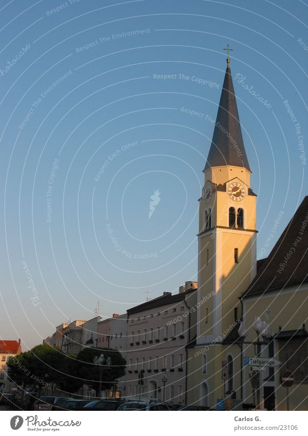 Kirche am Abend Gotteshäuser Religion & Glaube Mühldorf Kirchturmspitze Spitzdach Christliches Kreuz Kirchturmuhr Häuserzeile Blauer Himmel Klarer Himmel