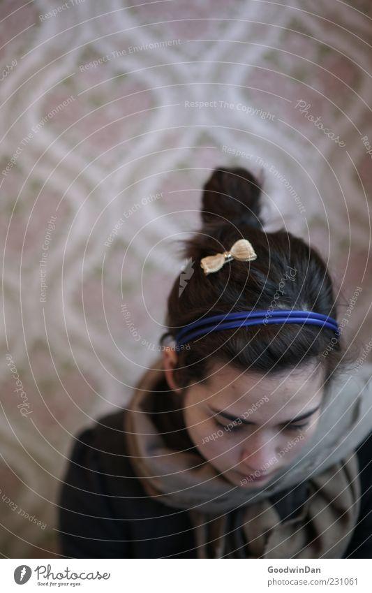 Schleife Mensch feminin Junge Frau Jugendliche 1 18-30 Jahre Erwachsene Mauer Wand Tapete Denken Traurigkeit warten schön einzigartig kalt trist Stimmung ruhig