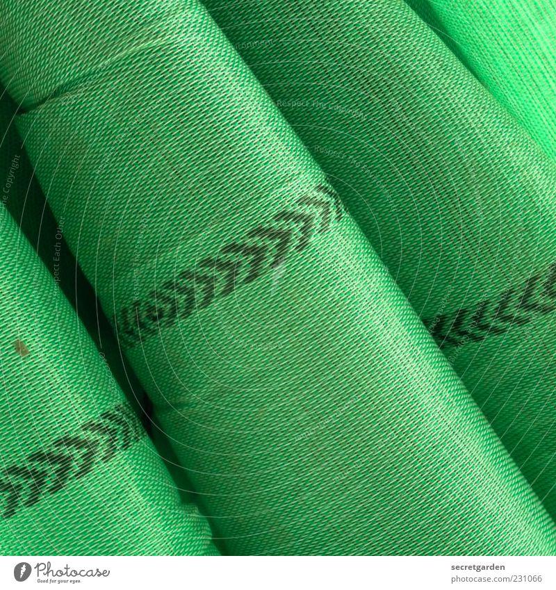 grüner richtungswechsel. Kunststoff Pfeil aufwärts richtungweisend Abdeckung Material Faltenwurf Stofffalten Stoffmuster Farbfoto Detailaufnahme Muster