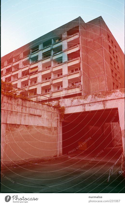 schwarz sieht ROT Umwelt Hauptstadt Haus Hochhaus Brücke Tunnel Bauwerk Gebäude Architektur Fassade Balkon Fenster alt eckig trashig Stadt Stimmung