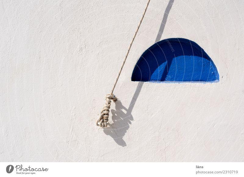 gespannter Augenblick / blau weiß Wand Mauer Seil Partnerschaft Stress Griechenland Spannung Knoten Halbkreis