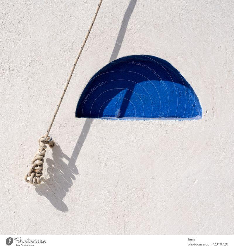gespannter Augenblick blau weiß Wand Seil