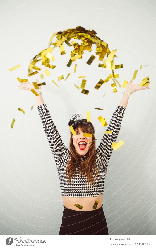 300!!!! Woop! Mensch Frau Erwachsene 1 30-45 Jahre werfen Fröhlichkeit Begeisterung Euphorie Karneval Party Freude Extase Gold Glitter Konfetti verkleidet