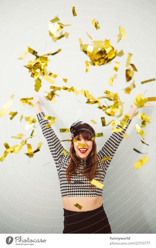Goldregen, die 5. feminin werfen Frau Erwachsene 1 Mensch Feste & Feiern Party Karneval glänzend verrückt wild Freude Fröhlichkeit Euphorie Energie Konfetti