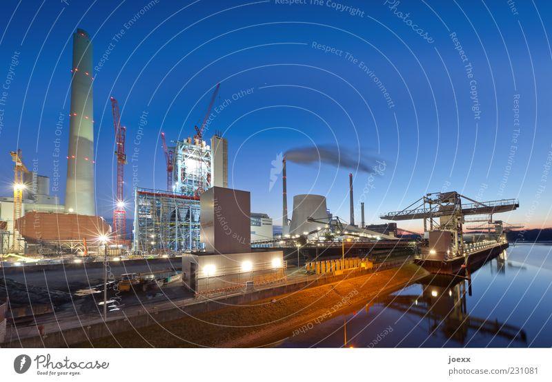 Kohle blau grün Umwelt grau braun Beleuchtung Energie Fabrik Hafen Schönes Wetter Rauch Kran Schornstein Industrie Klimawandel Blauer Himmel
