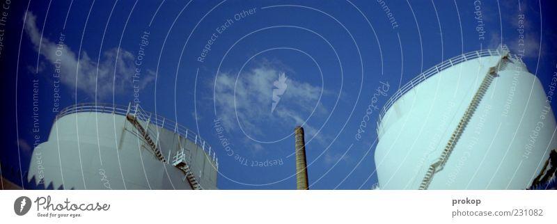 Le Kraftwerk Himmel weiß Wolken Umwelt oben groß Treppe modern Perspektive Zukunft rund Fabrik Schornstein Industrieanlage Fortschritt Heizkraftwerk