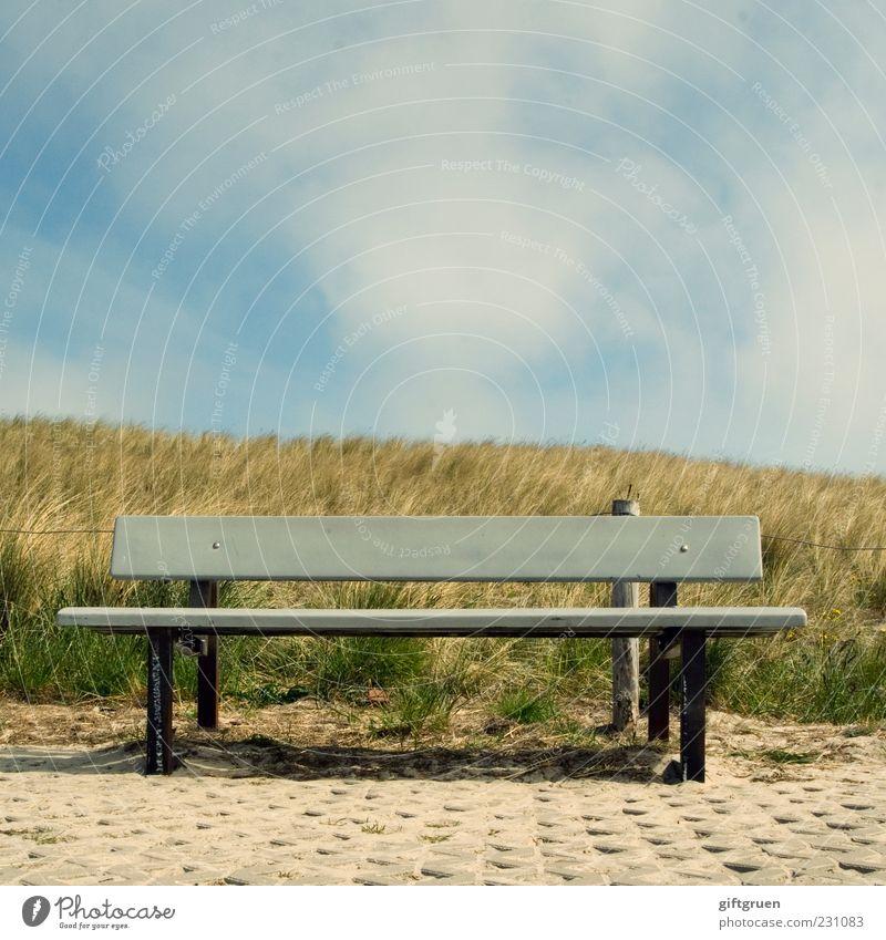 sonnenbank Umwelt Natur Himmel Wolken Sommer Schönes Wetter Pflanze Gras Wiese Hügel Erholung ruhig Bank Sitzgelegenheit Holzbank Parkbank Düne Dünengras