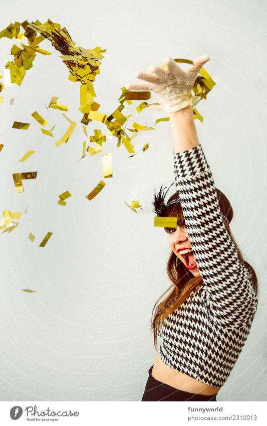Portrait von Frau, die goldenes Konfetti in die Luft wirft Mensch feminin Erwachsene 1 werfen bauchfrei verkleidet Glitter Extase Gold Energie verrückt Euphorie