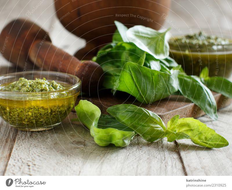 Pesto-Sauce und frisches Basilikum auf einem Holztisch Vegetarische Ernährung Schalen & Schüsseln Gastronomie Blatt natürlich grün Tradition aromatisch Gewürz