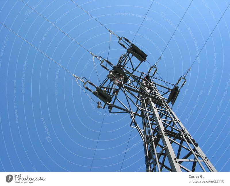 Strommast 1 Himmel Elektrizität Kabel aufwärts Strommast vertikal Blauer Himmel Bildausschnitt Hochspannungsleitung Abzweigung Wolkenloser Himmel Verteiler Stromverbrauch Stahlkonstruktion himmelwärts