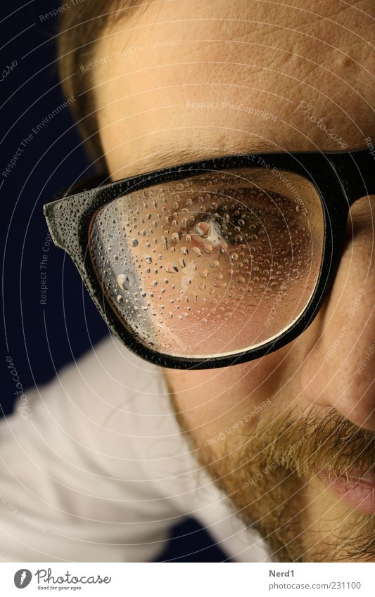 Kondenswasser Brille nerdig Bart Wasser Mann Haare & Frisuren Porträt nah frontal Blick Auge Junger Mann beschlagen Brillenträger Blick in die Kamera