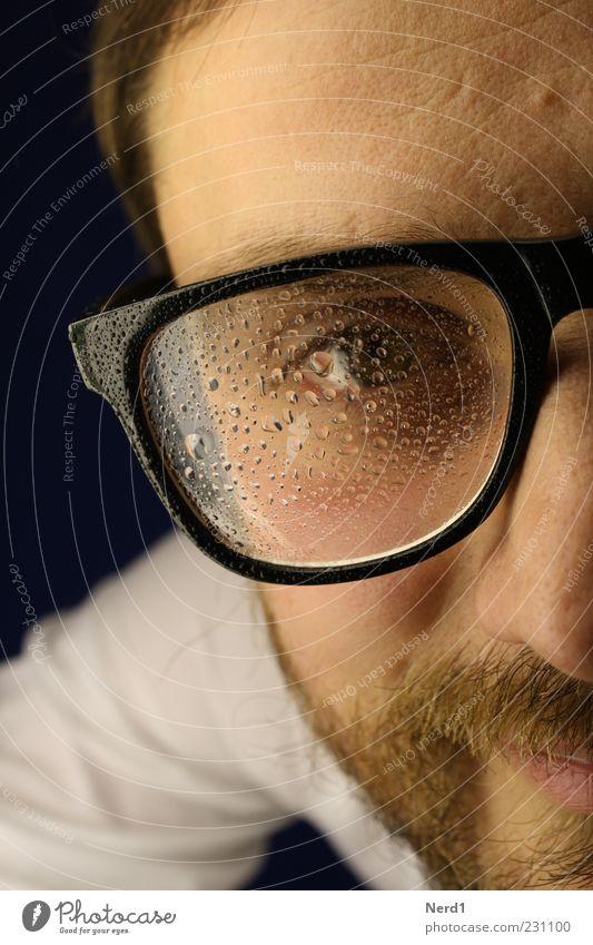 Kondenswasser Mann Wasser Auge Haare & Frisuren nass Wassertropfen Brille nah feucht Bart Lächeln Mensch direkt 18-30 Jahre Wange Anschnitt
