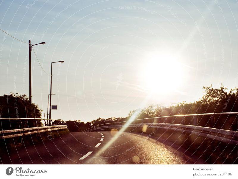 Morgen wieder Himmel Sonne Sonnenaufgang Sonnenuntergang Verkehrswege Straße Brücke Wärme Kurve Fahrbahnmarkierung Leitplanke Farbfoto Außenaufnahme