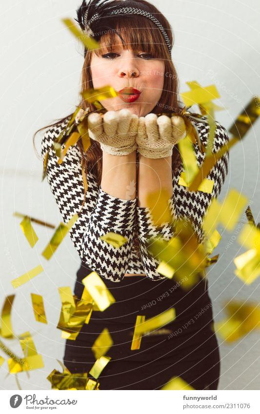 Frau pustet goldenes Konfetti in die Kamera Mensch feminin Erwachsene 1 werfen schön Erotik blasen Küssen Kussmund verkleidet Glitter Gold Fröhlichkeit Freude