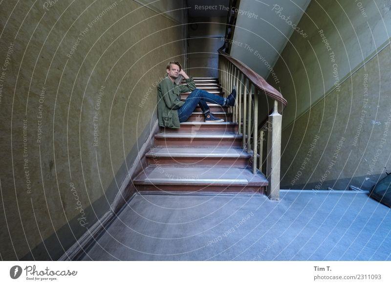 Mann im Treppenhaus Mensch maskulin 1 45-60 Jahre Erwachsene Berlin Prenzlauer Berg Stadt Hauptstadt Stadtzentrum Altstadt Haus Umzug (Wohnungswechsel)