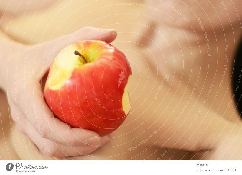 love me Lebensmittel Frucht Apfel Ernährung Essen Mensch Frau Erwachsene Brust 1 liegen lecker süß Begierde Lust Wollust feminin Symbole & Metaphern Eva Sünde