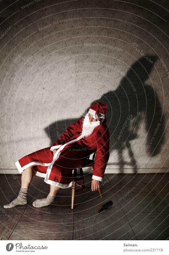 sommerloch Mensch Mann Weihnachten & Advent Einsamkeit Erwachsene sitzen maskulin schlafen außergewöhnlich Wandel & Veränderung trinken Weihnachtsmann skurril Müdigkeit Stress Alkoholisiert